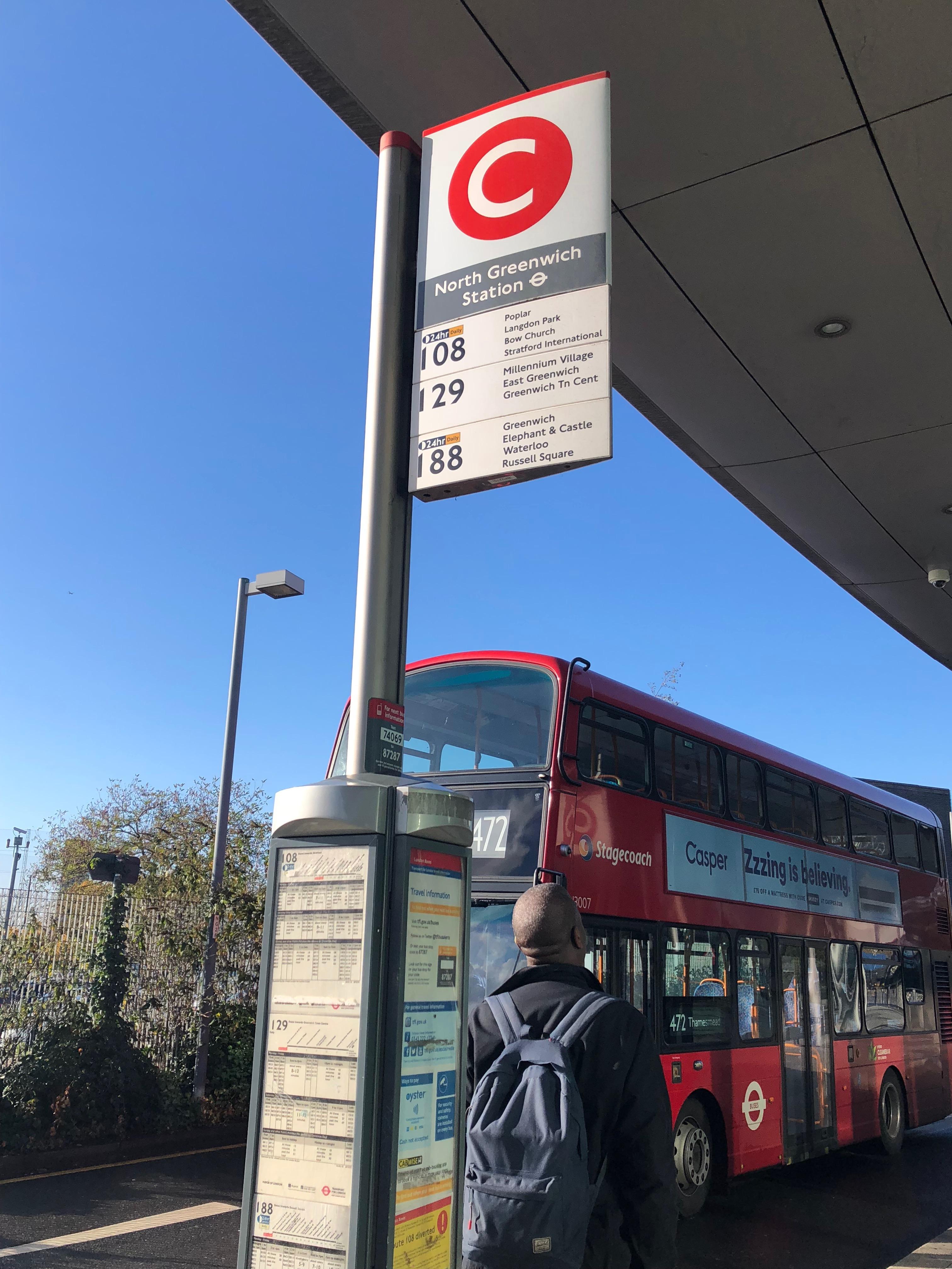 駅からバスを使って学校に行きます。
