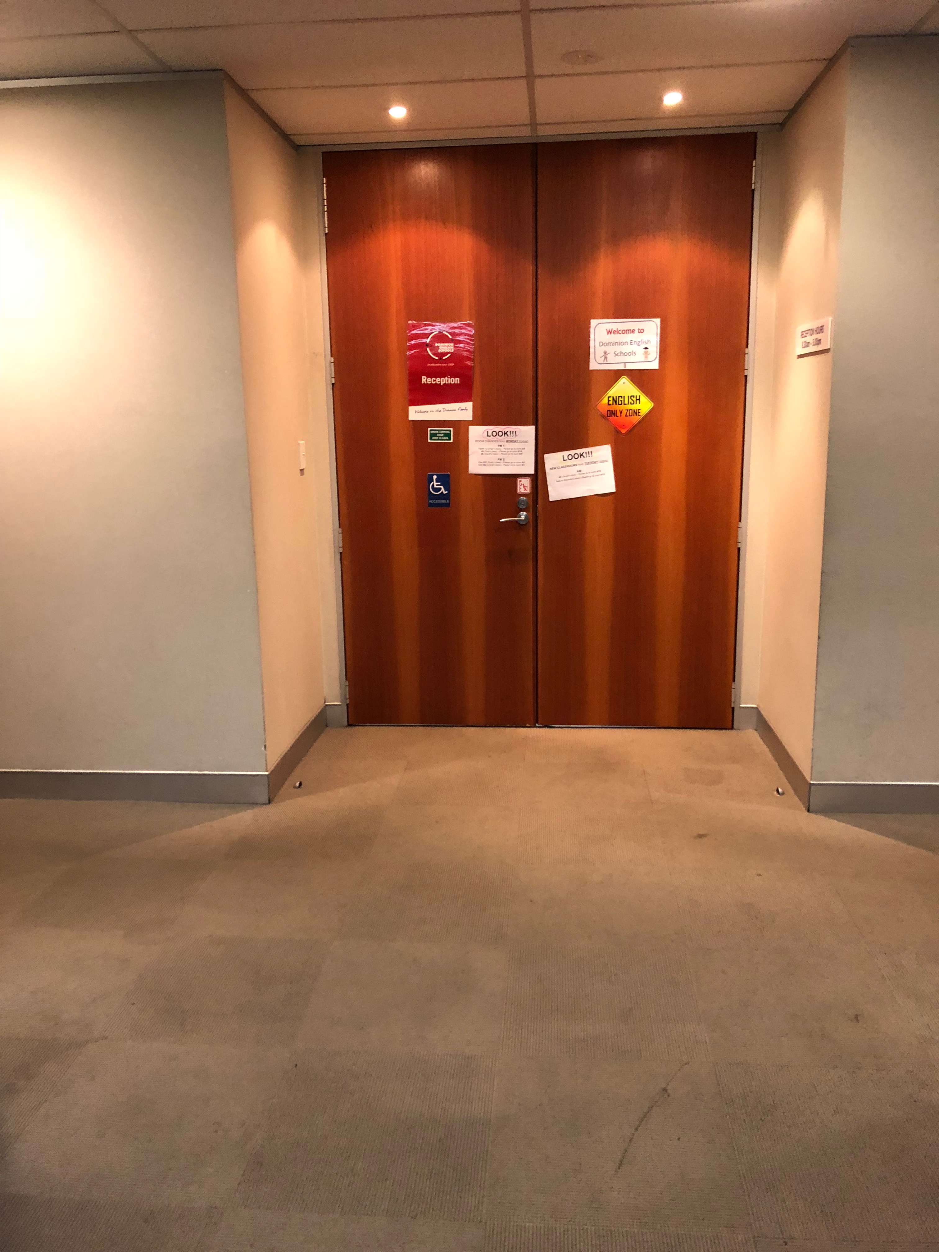 学校入口の扉